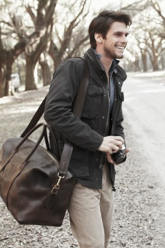 How to Wear a Brown Leather Holdall In Your 30s In Fall Casually For Men: If you use a more laid-back approach to dressing up, why not choose a black field jacket and a brown leather holdall? On not-so-bone-chilling afternoons, you can rock this easy-to-transition look and look absolutely awesome.
