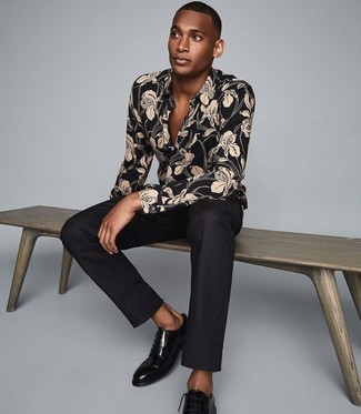 How to Wear a Black Floral Long Sleeve Shirt For Men: For smart style with a modernized spin, dress in a black floral long sleeve shirt and black dress pants. Feeling transgressive today? Spice things up by rounding off with black leather derby shoes.