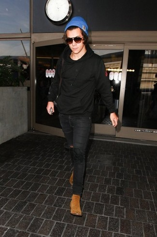 How to wear: black hoodie, black skinny jeans, tan suede chelsea boots, blue beanie