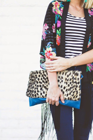 Tan Leopard Suede Clutch Outfits: Why not pair a black floral kimono with a tan leopard suede clutch? Both pieces are super comfortable and look cool matched together.