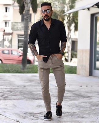 How to Wear Beige Skinny Jeans For Men: A black long sleeve shirt and beige skinny jeans are the perfect foundation for a casual and cool ensemble. Complement your look with a pair of black leather low top sneakers and the whole ensemble will come together.