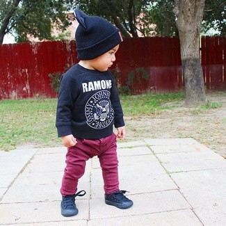 How to wear: black print long sleeve t-shirt, purple jeans, black sneakers, black beanie