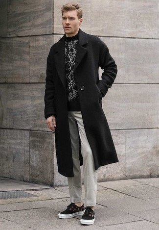 How to Wear a Coat For Men: As you can see, it doesn't take that much effort for a man to look sharp. Team a coat with grey chinos and you'll look amazing. A pair of black print canvas low top sneakers will bring an elegant aesthetic to the outfit.