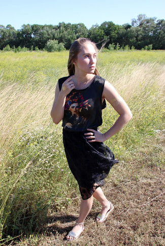 How to wear: black print sleeveless top, black pleated lace midi skirt, gold leather flat sandals