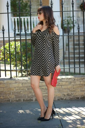 This combo of a black chevron sheath dress and gold sunglasses is incredibly stylish and yet it looks comfortable and ready for anything. This outfit is complemented perfectly with black leather pumps. An ensemble like this makes it easy to embrace weird transitional season.