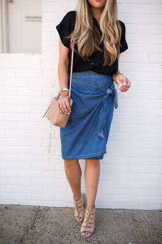 Black and White Short Sleeve Button Down Shirt Outfits For Women: A black and white short sleeve button down shirt and a blue denim pencil skirt are essential in a chic wardrobe. A pair of beige leather heeled sandals makes this outfit whole.