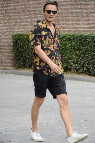 Black Floral Short Sleeve Shirt with Black Shorts Outfits For Men: If you gravitate towards relaxed style, why not consider this combination of a black floral short sleeve shirt and black shorts? Our favorite of a great number of ways to complete this ensemble is white canvas low top sneakers.
