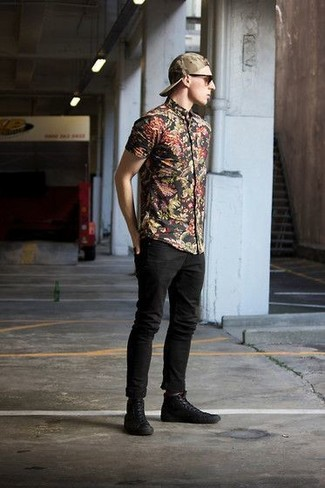A black floral short sleeve shirt and black skinny jeans are a great outfit formula to have in your arsenal. Black high top sneakers look amazing here. As you know, the trick to getting through the hottest time of year is dressing in cool combinations like this one.
