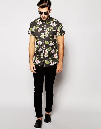 How to wear: black floral short sleeve shirt, black skinny jeans, black leather slip-on sneakers, black sunglasses
