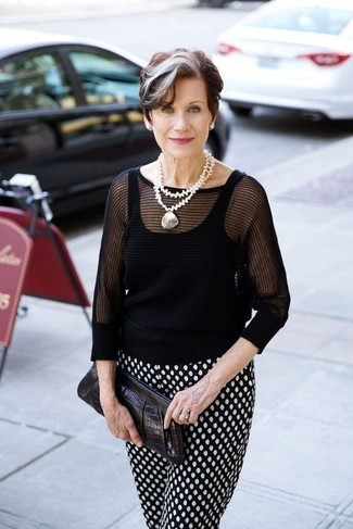 Women's Outfits 2020: Wear a black short sleeve sweater and black and white polka dot tapered pants for a standout look.