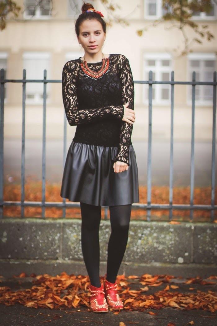 Коричневая замшевая юбка под черные колготки