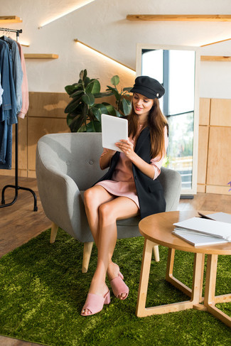 How to Wear a Flat Cap For Women: If you're all about feeling relaxed when it comes to fashion, this combo of a black sleeveless blazer and a flat cap is totally you. Parade your elegant side by finishing with pink suede mules.
