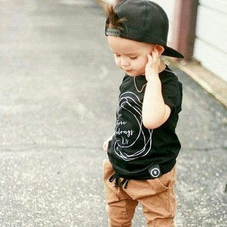 How to wear: black t-shirt, tan sweatpants, black baseball cap