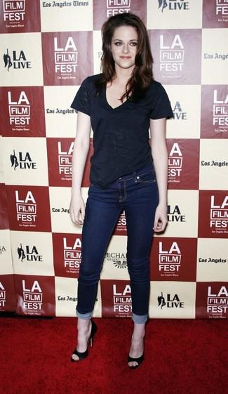 Kristen Stewart wearing Black V-neck T-shirt, Navy Skinny Jeans, Black Suede Pumps