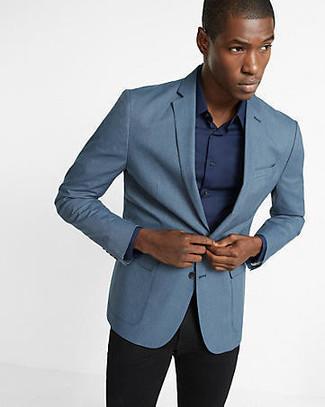Accede a un refinado y elegante estilo con un blazer azul de Kiton y un pantalón de vestir negro.