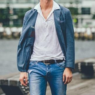 Cómo combinar: blazer azul, camisa polo de lino blanca, vaqueros desgastados azules, correa de cuero tejida en marrón oscuro