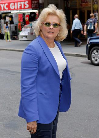 Cómo combinar: blazer azul, camiseta con cuello circular blanca, pantalones anchos de seda azul marino, gafas de sol verde oliva