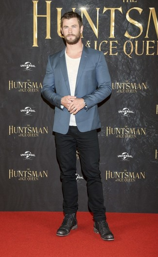Empareja un blazer azul con unos vaqueros negros para crear un estilo informal elegante. Este atuendo se complementa perfectamente con botas casual de cuero negras.