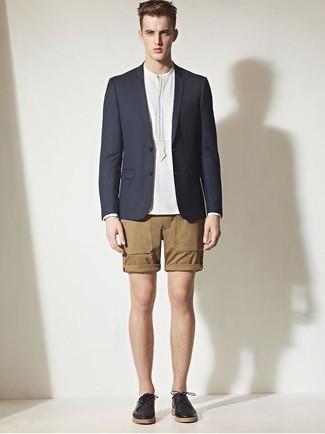 Cómo combinar: blazer azul marino, camisa de manga larga blanca, pantalones cortos marrón claro, zapatos derby de cuero negros