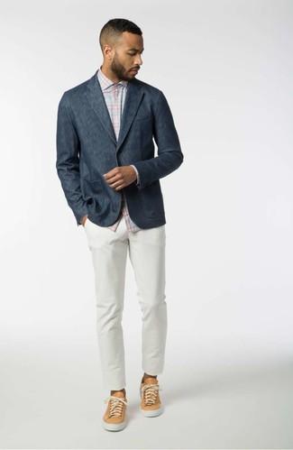 Cómo combinar: blazer azul marino, camisa de manga larga de tartán celeste, pantalón chino blanco, tenis de cuero marrón claro