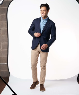 Cómo combinar: blazer azul marino, camisa de manga larga celeste, pantalón chino marrón claro, botas safari de cuero en marrón oscuro