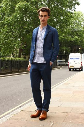 Cómo combinar: blazer vaquero azul marino, camisa de manga larga celeste, vaqueros azul marino, zapatos brogue de cuero marrón claro
