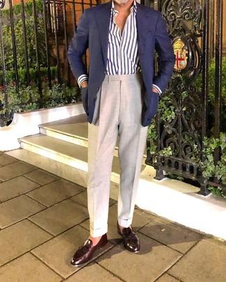 Cómo combinar: blazer azul marino, camisa de manga larga de rayas verticales en blanco y azul marino, pantalón de vestir en beige, mocasín con borlas de cuero en marrón oscuro