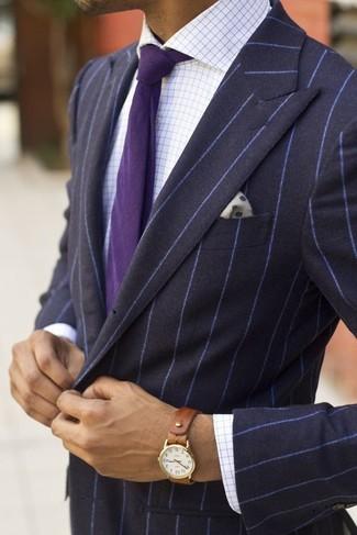 Cómo combinar: blazer de rayas verticales azul marino, camisa de vestir blanca, corbata morado, pañuelo de bolsillo a lunares en blanco y azul marino
