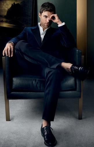 Cómo combinar: blazer de terciopelo azul marino, camisa de vestir blanca, pantalón de vestir negro, zapatos derby de cuero negros