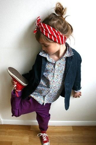 Cómo combinar: blazer azul marino, camisa de vestir celeste, vaqueros morado, zapatillas rojas