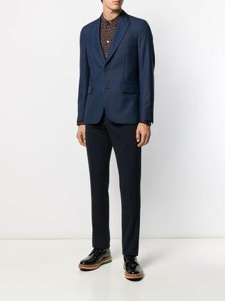 Cómo combinar: blazer azul marino, camisa de vestir estampada negra, pantalón de vestir azul marino, zapatos derby de cuero negros