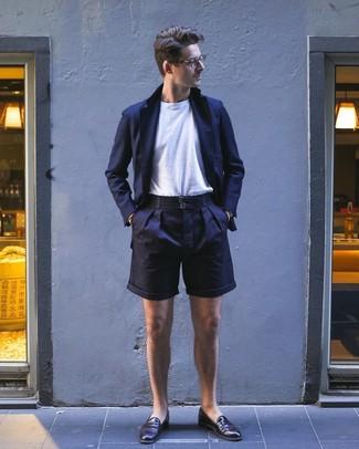 Cómo combinar: blazer azul marino, camiseta con cuello circular blanca, pantalones cortos azul marino, mocasín de cuero en marrón oscuro