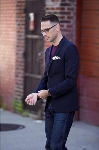 Cómo combinar: blazer azul marino, camiseta con cuello circular morado, vaqueros azul marino, pañuelo de bolsillo blanco