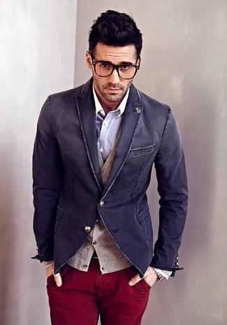 Cómo combinar: blazer vaquero azul marino, cárdigan marrón claro, camisa de manga larga gris, pantalón chino burdeos