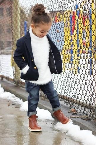 Cómo combinar: blazer azul marino, jersey blanco, vaqueros azul marino, botas marrónes