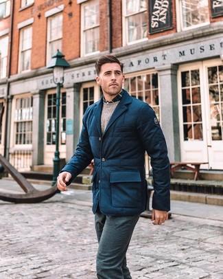 Cómo combinar: blazer de lana acolchado azul marino, jersey con cuello circular en beige, camisa de manga larga de tartán en azul marino y blanco, pantalón de vestir de lana azul marino