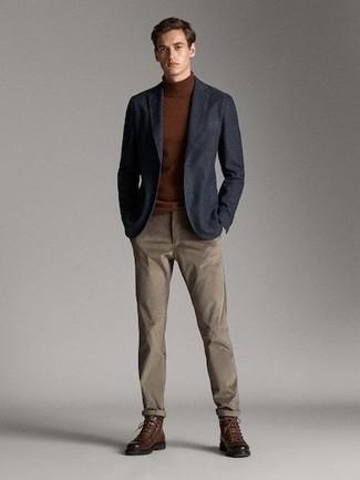 Cómo combinar: blazer azul marino, jersey de cuello alto marrón, pantalón chino marrón, botas casual de cuero marrónes