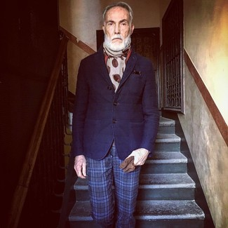 Cómo combinar: blazer de lana acolchado azul marino, pantalón de vestir de tartán azul marino, bufanda a lunares en beige, guantes de ante marrónes