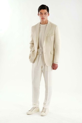 Tenue: Blazer beige, Sweat-shirt beige, Pantalon de costume blanc, Baskets basses en cuir blanches