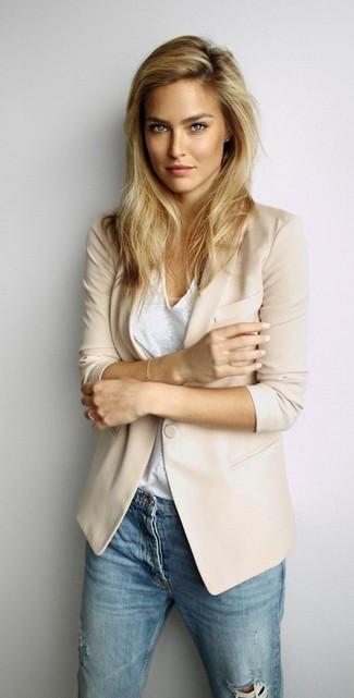 La polyvalence d'un blazer beige et d'un jean skinny déchiré bleu en fait des pièces de valeur sûre.