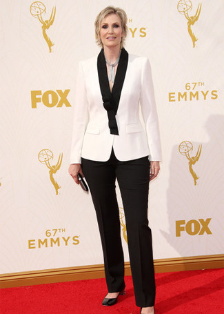 Blazer blanc et noir pantalon de costume noir escarpins noirs large 13699