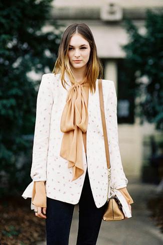 Cómo combinar: blazer blanco, blusa de manga larga de seda marrón claro, vaqueros pitillo negros, bolso bandolera de cuero dorado