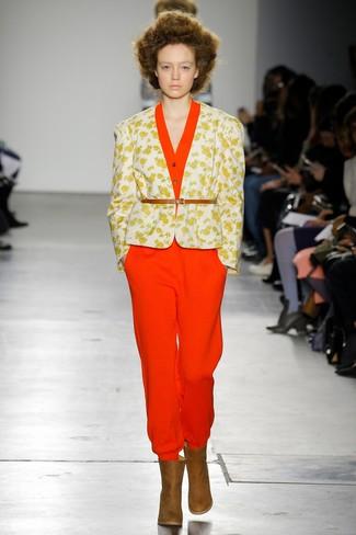 Cómo combinar: blazer con print de flores blanco, mono rojo, botines de cuero marrónes, cinturón de cuero marrón claro