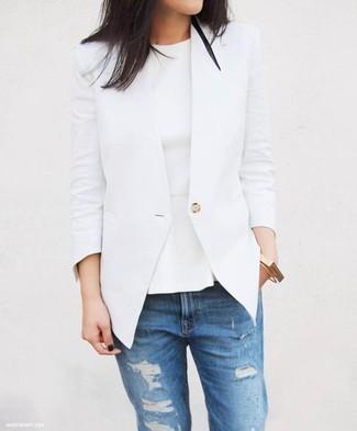 Cómo combinar: blazer blanco, top con sobrefalda blanco, vaqueros desgastados azules, pulsera dorada