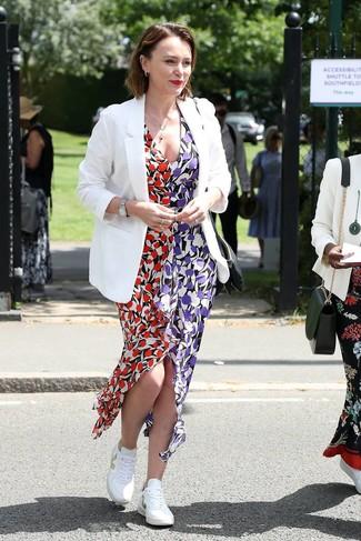 Cómo combinar: blazer blanco, vestido largo con print de flores en multicolor, tenis blancos, reloj plateado