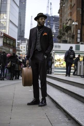 Cómo combinar: blazer de lana negro, blazer de lana negro, chaleco de vestir de lana en gris oscuro, jersey de cuello alto negro