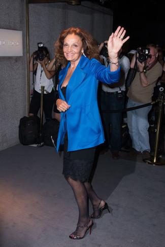 Blazer bleu robe fourreau noire sandales a talons noires large 22647