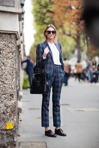 Cómo combinar: blazer de tartán azul marino, blusa de botones blanca, pantalón de vestir de tartán azul marino, bolso de hombre de cuero negro