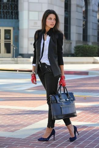 Cómo combinar: blazer en gris oscuro, blusa de botones en blanco y negro, vaqueros pitillo de cuero negros, zapatos de tacón de ante azul marino