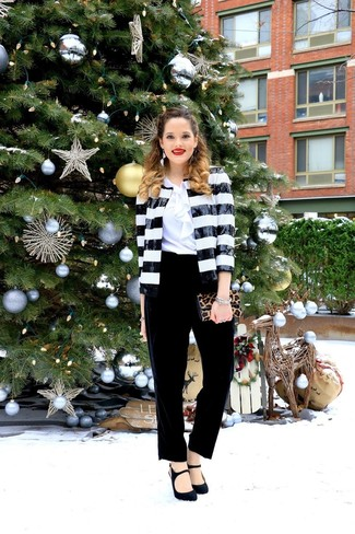 Cómo combinar: blazer de lentejuelas en negro y blanco, blusa de manga corta con volante blanca, pantalón de pinzas de terciopelo negro, zapatos de tacón de ante negros